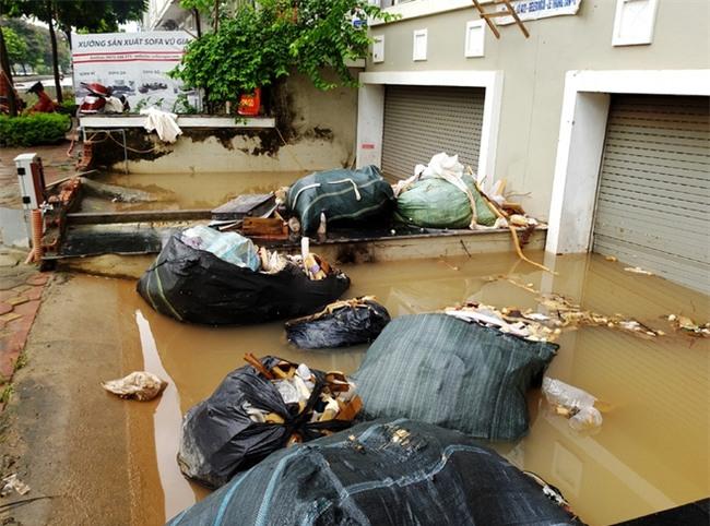 Hà Nội: Sau 1 ngày mưa bão, hàng chục căn biệt thự tại Thiên đường Bảo Sơn vẫn ngập chìm trong nước - Ảnh 15.