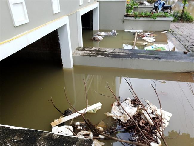 Hà Nội: Sau 1 ngày mưa bão, hàng chục căn biệt thự tại Thiên đường Bảo Sơn vẫn ngập chìm trong nước - Ảnh 3.
