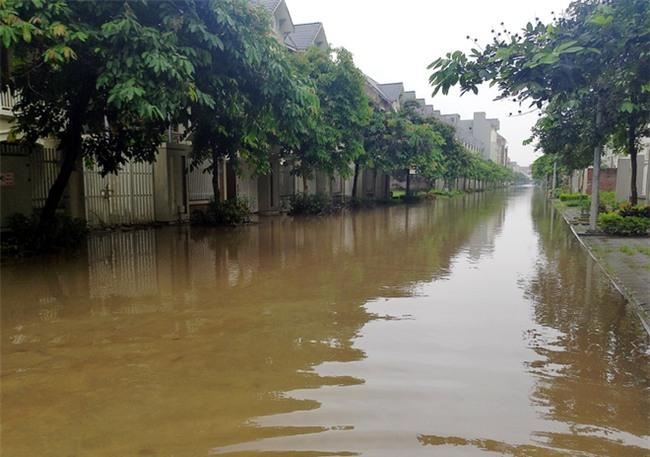 Hà Nội: Sau 1 ngày mưa bão, hàng chục căn biệt thự tại Thiên đường Bảo Sơn vẫn ngập chìm trong nước - Ảnh 4.