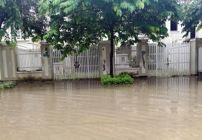Hà Nội: Sau 1 ngày mưa bão, hàng chục căn biệt thự tại Thiên đường Bảo Sơn vẫn ngập chìm trong nước - Ảnh 5.