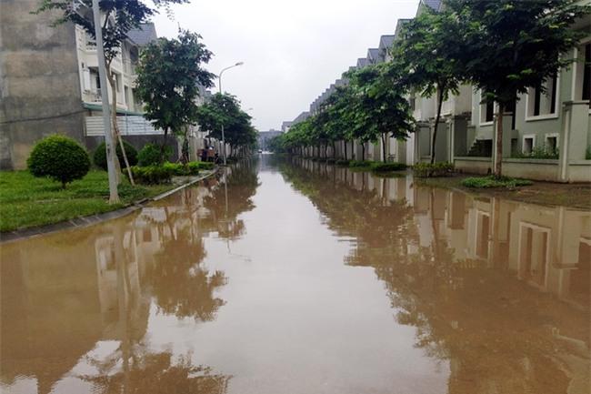 Hà Nội: Sau 1 ngày mưa bão, hàng chục căn biệt thự tại Thiên đường Bảo Sơn vẫn ngập chìm trong nước - Ảnh 6.