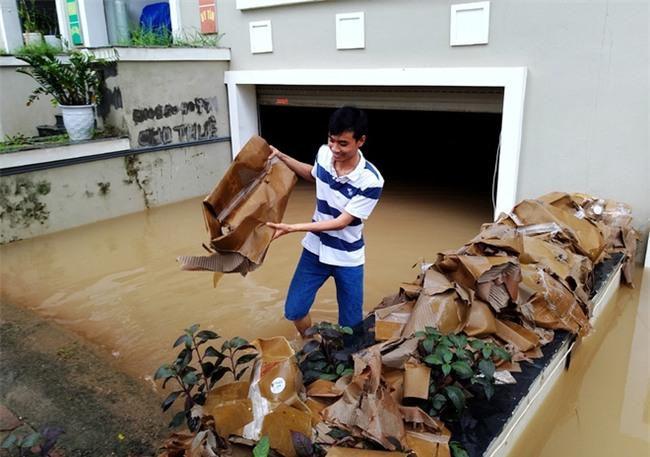 Hà Nội: Sau 1 ngày mưa bão, hàng chục căn biệt thự tại Thiên đường Bảo Sơn vẫn ngập chìm trong nước - Ảnh 7.
