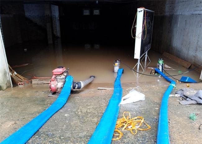 Hà Nội: Sau 1 ngày mưa bão, hàng chục căn biệt thự tại Thiên đường Bảo Sơn vẫn ngập chìm trong nước - Ảnh 8.
