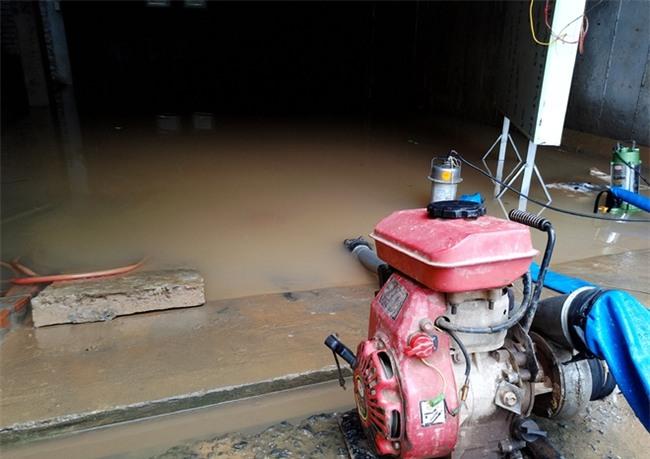 Hà Nội: Sau 1 ngày mưa bão, hàng chục căn biệt thự tại Thiên đường Bảo Sơn vẫn ngập chìm trong nước - Ảnh 9.