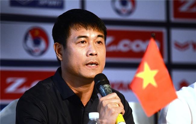 HLV Hữu Thắng muốn giải tỏa áp lực cho Công Phượng.