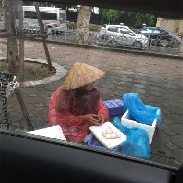 5 gói mì, 10 quả trứng và câu chuyện đầy tử tế giữa bà cụ bán rong với anh chàng đi ô tô ở Hà Nội - Ảnh 1.