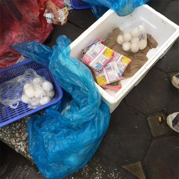 5 gói mì, 10 quả trứng và câu chuyện đầy tử tế giữa bà cụ bán rong với anh chàng đi ô tô ở Hà Nội - Ảnh 2.
