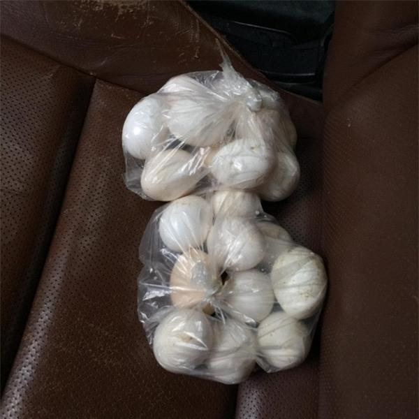 5 gói mì, 10 quả trứng và câu chuyện đầy tử tế giữa bà cụ bán rong với anh chàng đi ô tô ở Hà Nội - Ảnh 3.