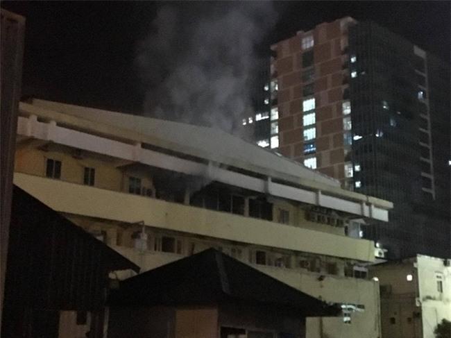 Khoa khám bệnh ở Bệnh viện Bạch Mai bất ngờ bốc cháy trong đêm - Ảnh 1.