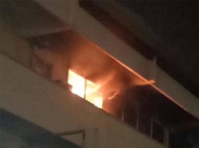 Khoa khám bệnh ở Bệnh viện Bạch Mai bất ngờ bốc cháy trong đêm - Ảnh 2.