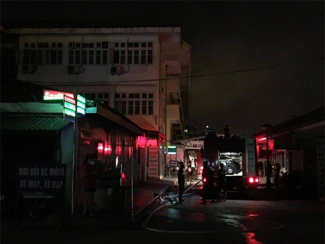 Khoa khám bệnh ở Bệnh viện Bạch Mai bất ngờ bốc cháy trong đêm - Ảnh 3.