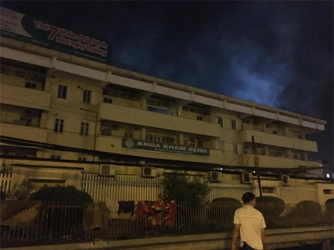 Khoa khám bệnh ở Bệnh viện Bạch Mai bất ngờ bốc cháy trong đêm - Ảnh 4.