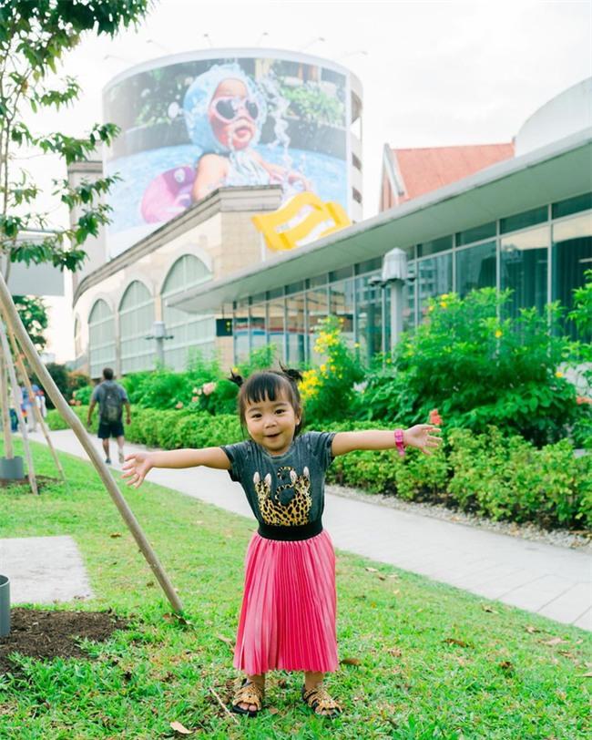 Cô bé 2 tuổi xinh xắn này đã vô tình nổi tiếng toàn cầu vì ông chú chụp ảnh rất có tâm - Ảnh 9.