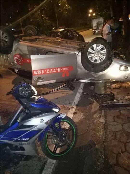 Hà Nội: Taxi tông thẳng gốc cây lật ngửa sau khi va chạm với xe máy, một người tử vong - Ảnh 1.
