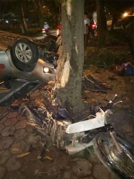 Hà Nội: Taxi tông thẳng gốc cây lật ngửa sau khi va chạm với xe máy, một người tử vong - Ảnh 2.