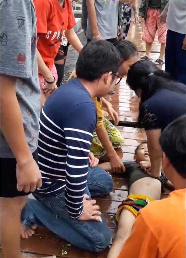 Thái Lan: Bé trai bị rơi xuống hồ nước tưởng chết đuối, bất ngờ điều kỳ diệu đã xảy ra - Ảnh 2.