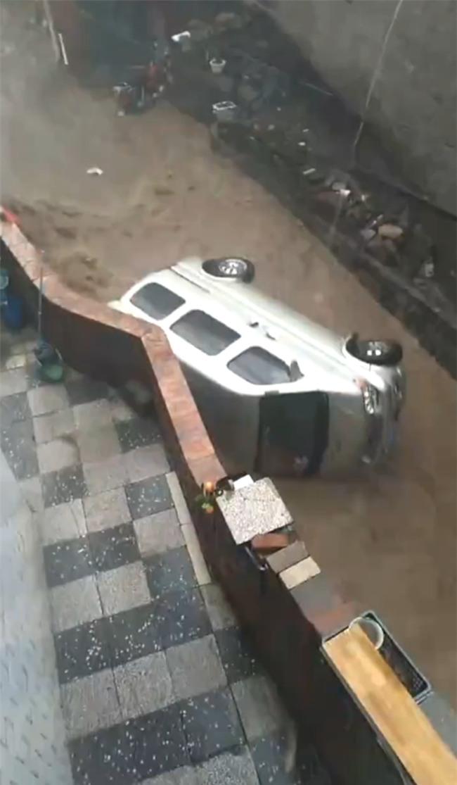 Trung Quốc: Mưa lớn kéo dài, xe cộ mất kiểm soát, ô tô hay xe máy đều bị cuốn trôi theo dòng nước lũ - Ảnh 3.