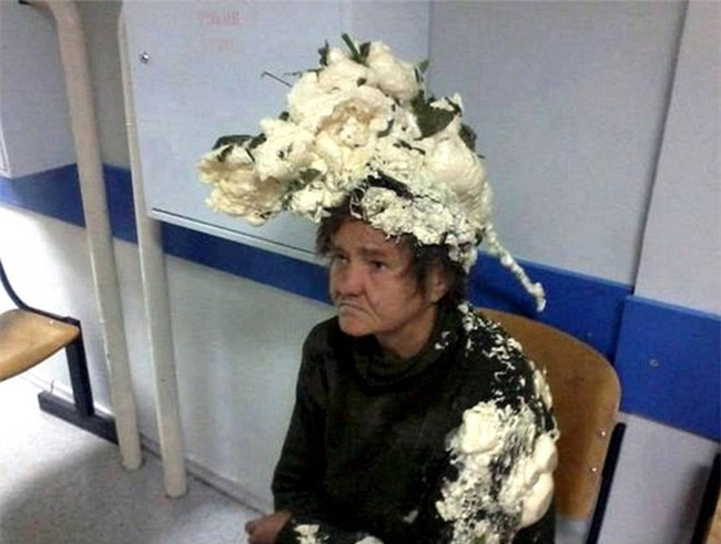 Tưởng là keo bọt, người phụ nữ vuốt nhầm keo xây dựng lên đầu, lúc sau tóc cô bú dù như tổ chim - Ảnh 1.