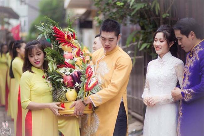 Bức ảnh một công việc hai số phận đang hot: Cùng bê tráp đám cưới mà kẻ mếu máo, người lại cười tươi - Ảnh 2.