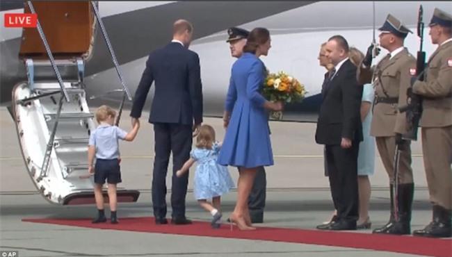 Nhanh lên mẹ ơi, hành động đáng yêu của Công chúa nhỏ Anh Quốc khiến ai cũng lịm tim - Ảnh 2.