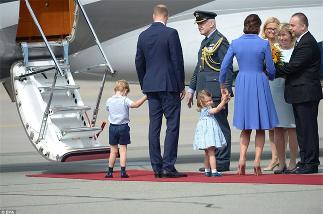 """""""Nhanh lên mẹ ơi"""", hành động đáng yêu của Công chúa nhỏ Anh Quốc khiến ai cũng lịm tim - Ảnh 5."""