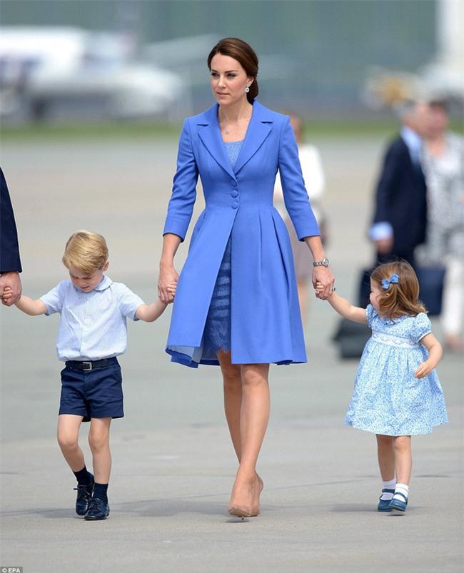 Nhanh lên mẹ ơi, hành động đáng yêu của Công chúa nhỏ Anh Quốc khiến ai cũng lịm tim - Ảnh 4.