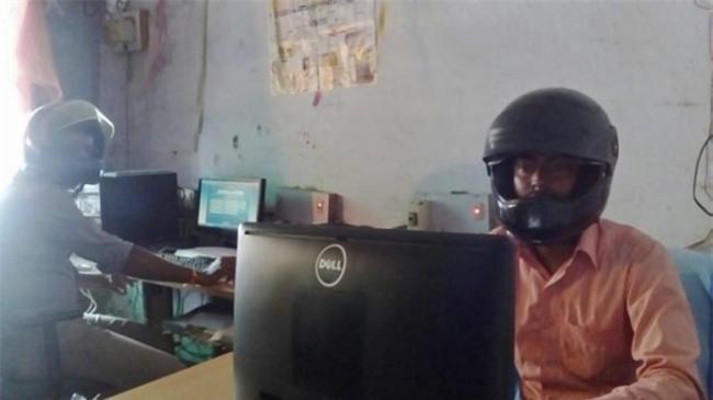 Sợ trần nhà sập vào đầu, nhân viên văn phòng Ấn Độ đồng loạt đội mũ bảo hiểm để bảo toàn tính mạng - Ảnh 4.