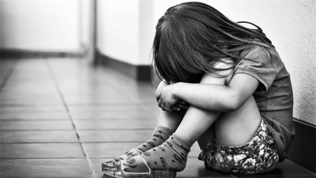 Người mẹ chết lặng phát hiện 78 đoạn phim ghi cảnh con gái riêng bị chồng lạm dụng tình dục - Ảnh 1.