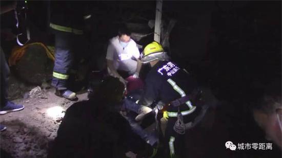 Tò mò xem vụ tai nạn xe hơi, 4 người rơi từ cầu vượt cao 15m xuống đất, tình hình sức khỏe vô cùng nguy kịch - Ảnh 2.