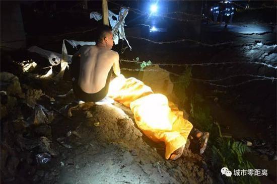 Tò mò xem vụ tai nạn xe hơi, 4 người rơi từ cầu vượt cao 15m xuống đất, tình hình sức khỏe vô cùng nguy kịch - Ảnh 5.