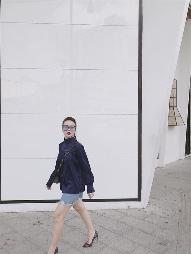 Không hẹn mà gặp, Hoàng Thùy - Minh Tú cùng diện blazer trắng và jeans rách trong street style tuần này - Ảnh 19.