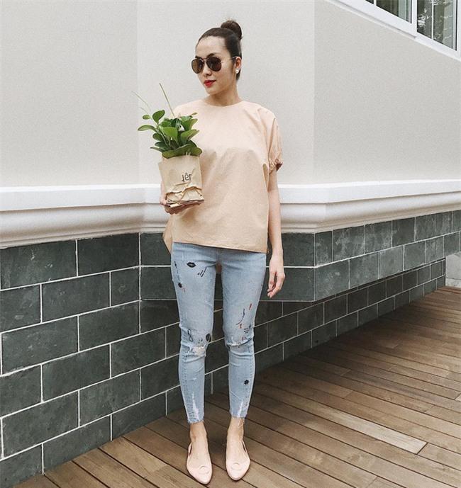 Không hẹn mà gặp, Hoàng Thùy - Minh Tú cùng diện blazer trắng và jeans rách trong street style tuần này - Ảnh 2.