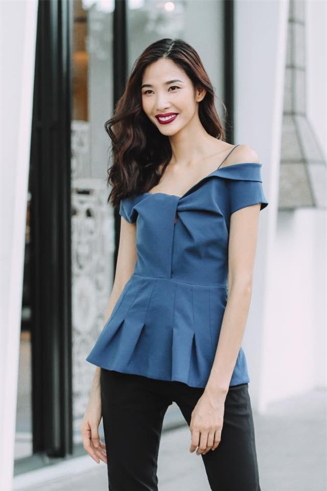 Không hẹn mà gặp, Hoàng Thùy - Minh Tú cùng diện blazer trắng và jeans rách trong street style tuần này - Ảnh 3.
