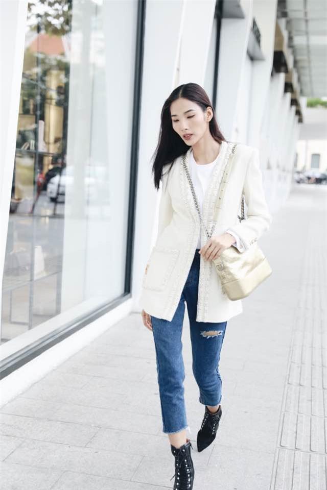Không hẹn mà gặp, Hoàng Thùy - Minh Tú cùng diện blazer trắng và jeans rách trong street style tuần này - Ảnh 4.