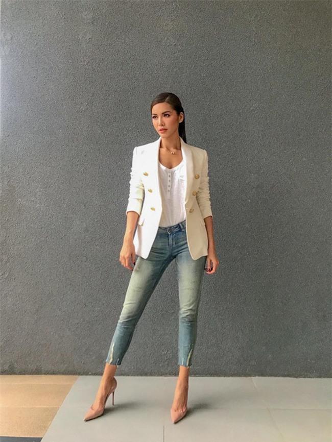 Không hẹn mà gặp, Hoàng Thùy - Minh Tú cùng diện blazer trắng và jeans rách trong street style tuần này - Ảnh 5.