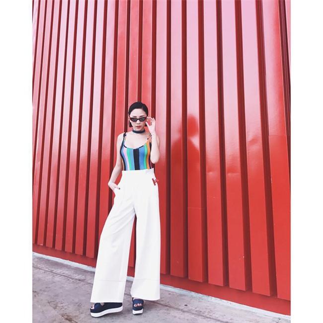 Không hẹn mà gặp, Hoàng Thùy - Minh Tú cùng diện blazer trắng và jeans rách trong street style tuần này - Ảnh 7.