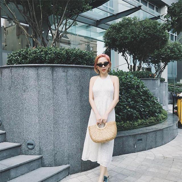 Không hẹn mà gặp, Hoàng Thùy - Minh Tú cùng diện blazer trắng và jeans rách trong street style tuần này - Ảnh 8.