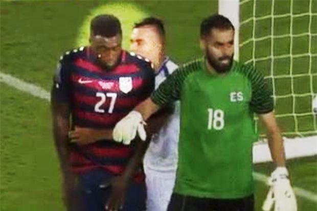Hai cầu thủ Mỹ điếng người vì dính đòn cẩu xực ngay trên sân - Ảnh 2.