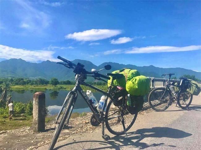 Nữ du khách nước ngoài đi xuyên Việt bị trộm mất xe đạp khi vừa đến Sài Gòn: Bật khóc vì quá sức chịu đựng - Ảnh 2.