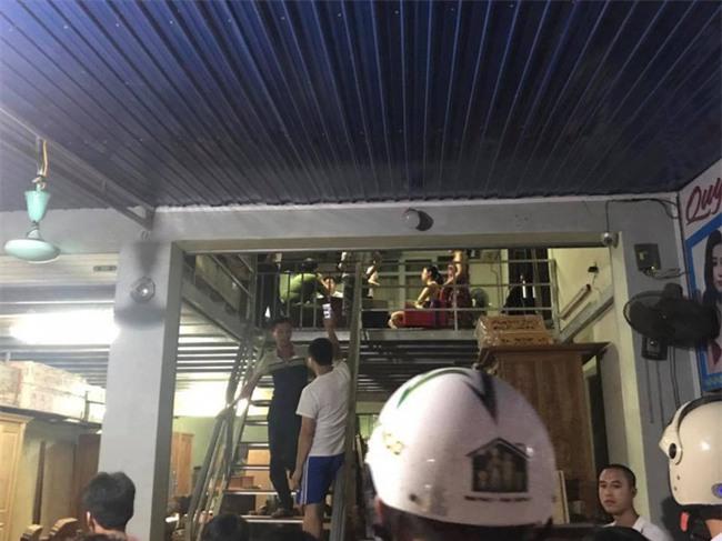 Hải Dương: Người dân bao vây đập phá xe ô tô, bắt giữ nhóm người nghi bắt cóc trẻ em - Ảnh 2.