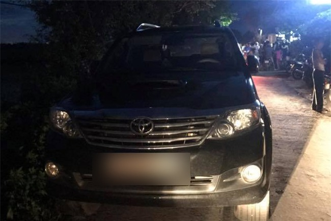 Hải Dương: Người dân bao vây đập phá xe ô tô, bắt giữ nhóm người nghi bắt cóc trẻ em - Ảnh 3.