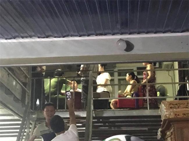 Hải Dương: Người dân bao vây đập phá xe ô tô, bắt giữ nhóm người nghi bắt cóc trẻ em - Ảnh 4.