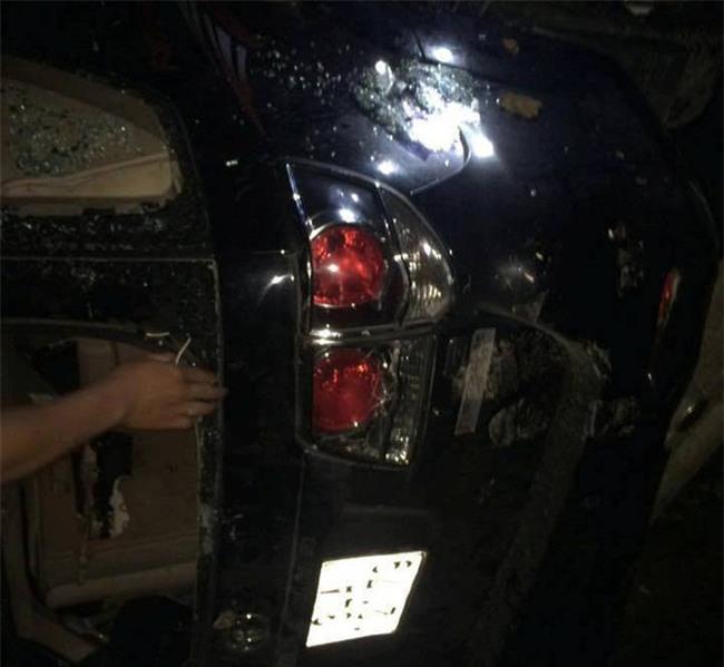 Hải Dương: Người dân bao vây đập phá xe ô tô, bắt giữ nhóm người nghi bắt cóc trẻ em - Ảnh 5.