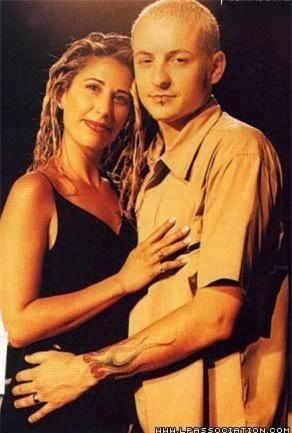 Chester Bennington kết hôn lần đầu tiên với vợ là Samantha Bennington vào năm 1996, cặp đôi có với nhau 1 đứa con sinh năm 2002 và chia tay vào năm 2005