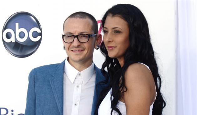 Sau đó nam ca sỹ người Mỹ kết hôn với cựu người mẫu Playboy Talinda Ann Bentley và sinh liền 3 đứa con