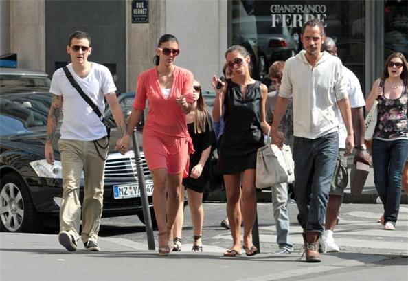 Rất hiếm hoi, thợ săn ảnh mới bắt gặp vợ chồng Chester Bennington - Talinda đi du lịch ở Paris cùng bạn bè vào năm 2009