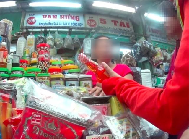 Bà L. (tiểu thương tại chợ Kim Biên) cho biết mỗi ngày có hàng trăm người mua phụ liệu tại đây.