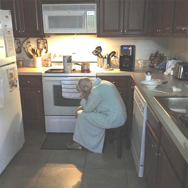 Con rể thấy mẹ vợ gục mặt trong bếp, trái tim anh như vỡ vụn khi biết lý do - Ảnh 2.