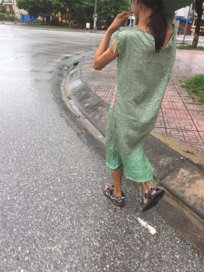 Diện váy bao tải ra phố, cô nàng khiến bất kỳ ai cũng phải sững sờ - Ảnh 1.