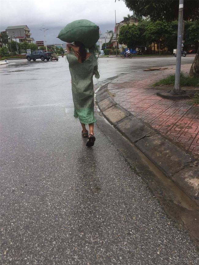 Diện váy bao tải ra phố, cô nàng khiến bất kỳ ai cũng phải sững sờ - Ảnh 2.